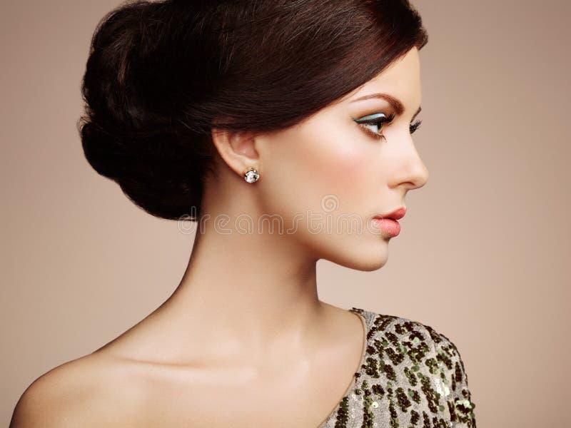 Manierportret van elegante vrouw met prachtig haar stock fotografie