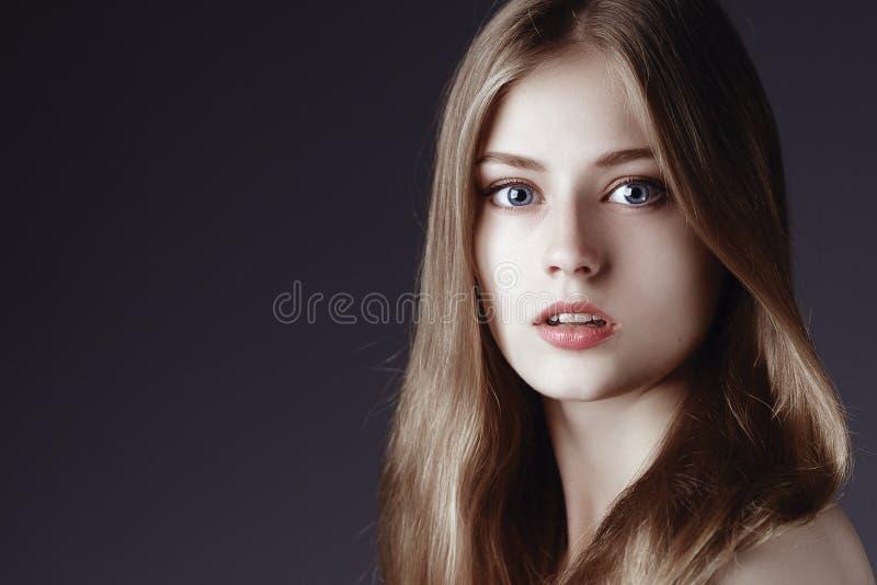 Manierportret van elegante vrouw met prachtig haar Blonde stock afbeelding
