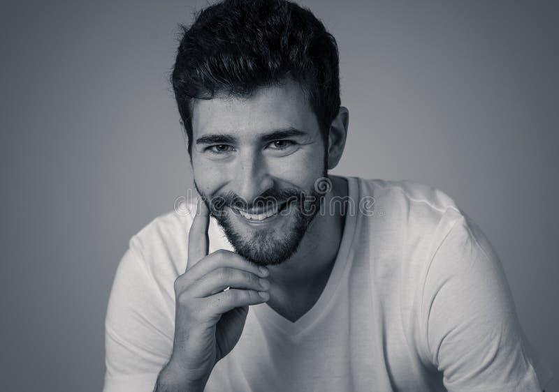 Manierportret van het Aantrekkelijke jonge mannelijke mens model stellen gelukkig en sexy voor de camera stock foto