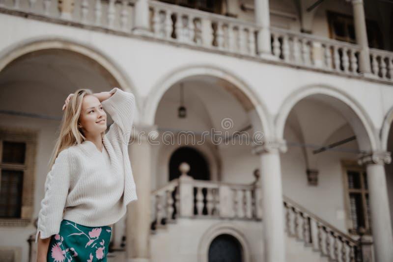 Manierportret van het schitterende blondevrouw stellen bij de comfortabele werf in de zomertijd royalty-vrije stock fotografie