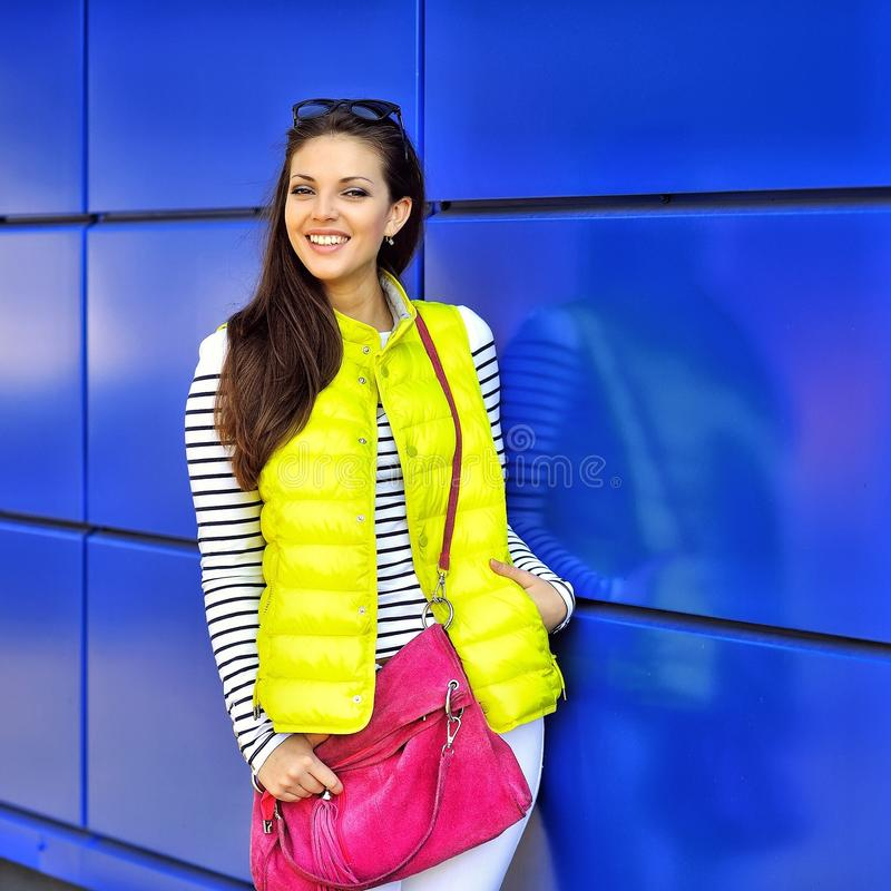 Manierportret van het verbazen van mooie vrouw in kleurrijke kleren stock foto