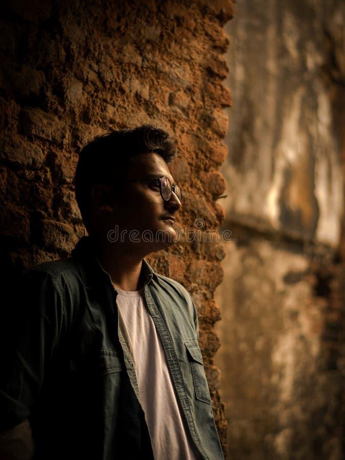 Manierportret van Indische Kerel op de voorzijde van oude buildingTAKI RAJBARI stock foto's