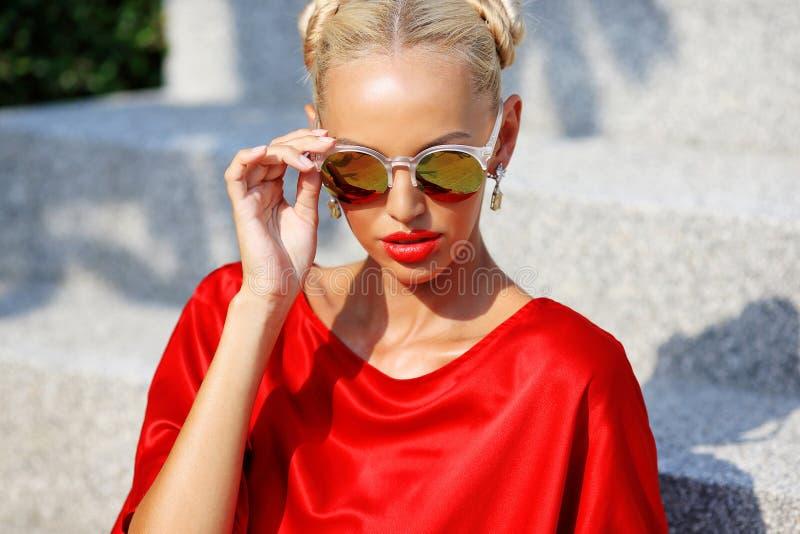Manierportret van jong mooi blondemeisje in rode kleding en su stock afbeeldingen