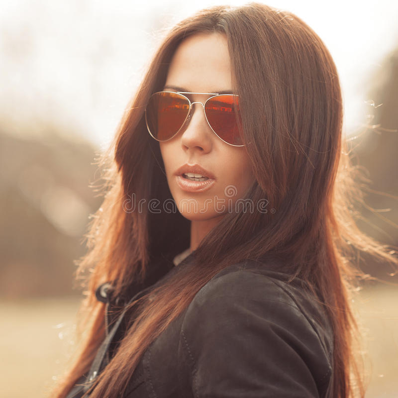 Manierportret van jonge donkerbruine vrouw in zonnebril - dicht u royalty-vrije stock foto's
