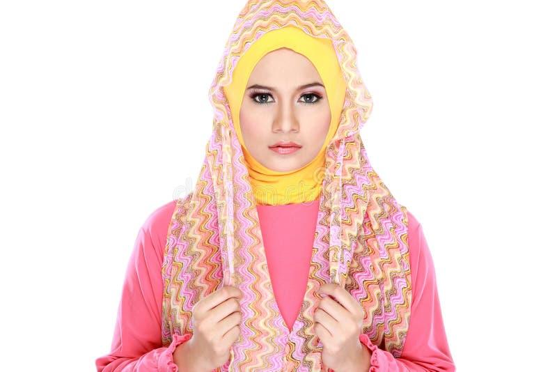 Manierportret van jonge mooie moslimvrouw met roze costu stock afbeeldingen