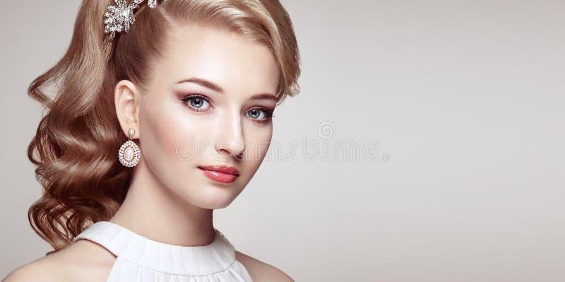 Manierportret van jonge mooie vrouw met elegant kapsel royalty-vrije stock afbeelding