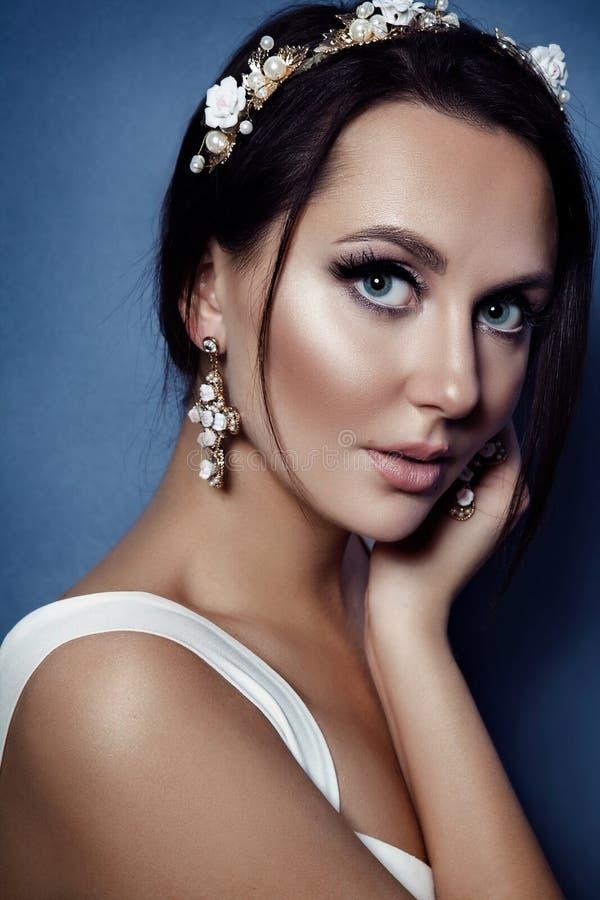 Manierportret van jonge mooie vrouw met juwelen Brunette stock fotografie