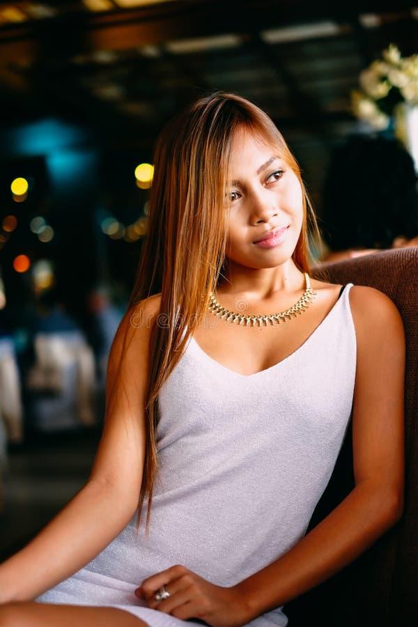 Manierportret van jonge mooie vrouw met juwelen en elegant kapsel Donkerbruin meisje in leerjasje Perfecte samenstelling De vrouw stock foto's