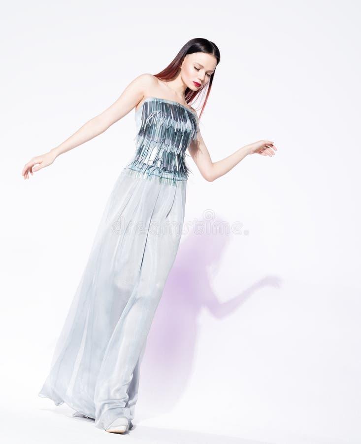 Manierportret van jonge mooie vrouw in modieuze kleren Saldo en beweging stock foto's