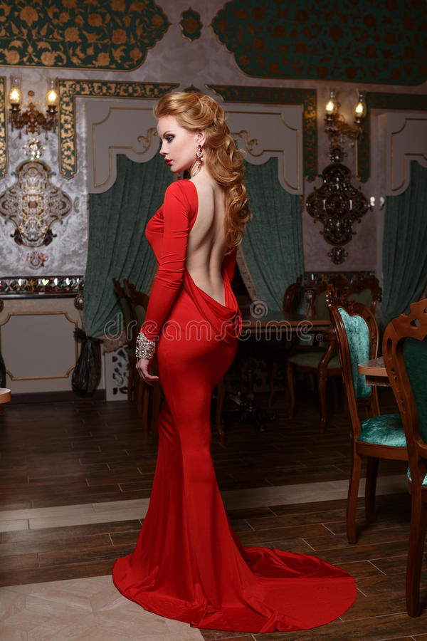 Manierportret van jonge prachtige sexy vrouw in rode kleding royalty-vrije stock fotografie
