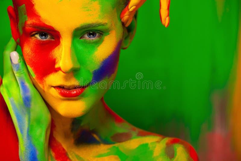 Manierportret van mooi meisje met heldere, kleurrijke, creatieve kunstsamenstelling, abstracte gezichtskunst op kleurenachtergron royalty-vrije stock fotografie