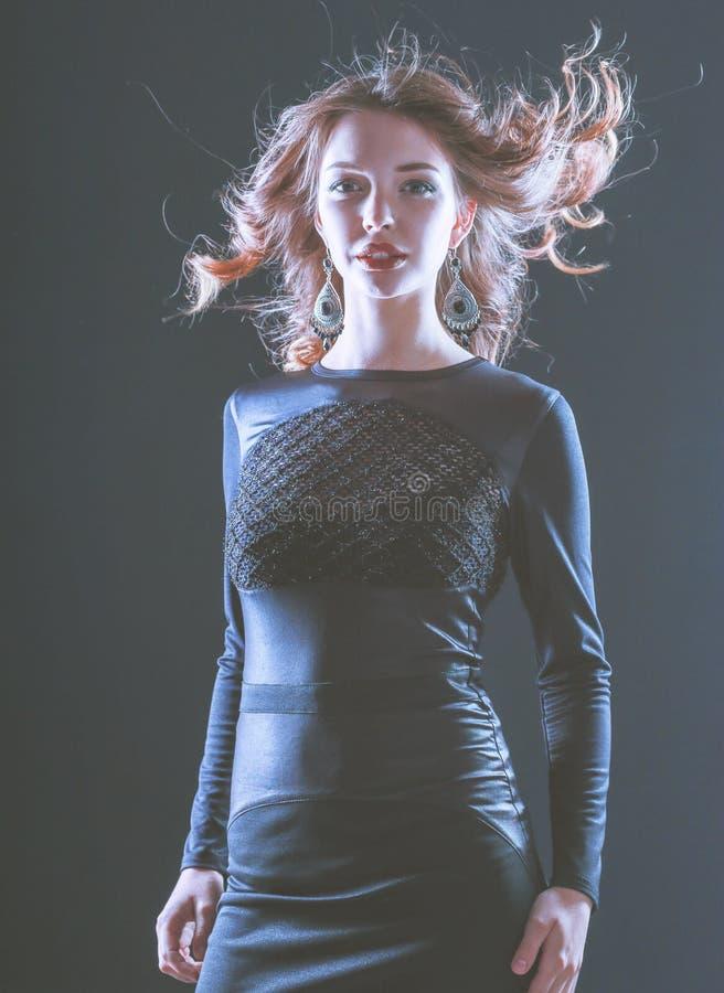 Manierportret van Mooi ModelGirl die Zwarte Kleding dragen stock foto