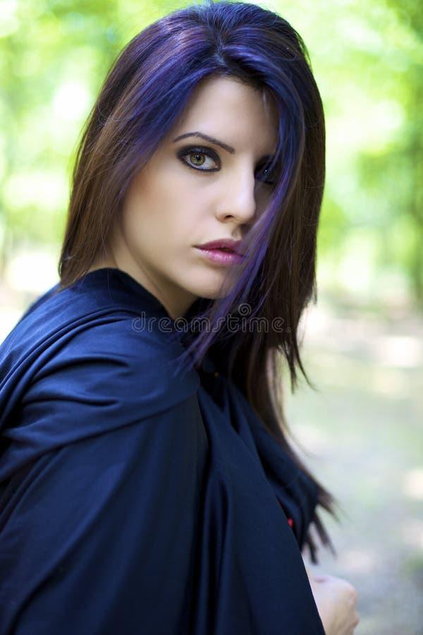 Manierportret van mooi vrouwelijk model in magische atmoshpere royalty-vrije stock afbeeldingen