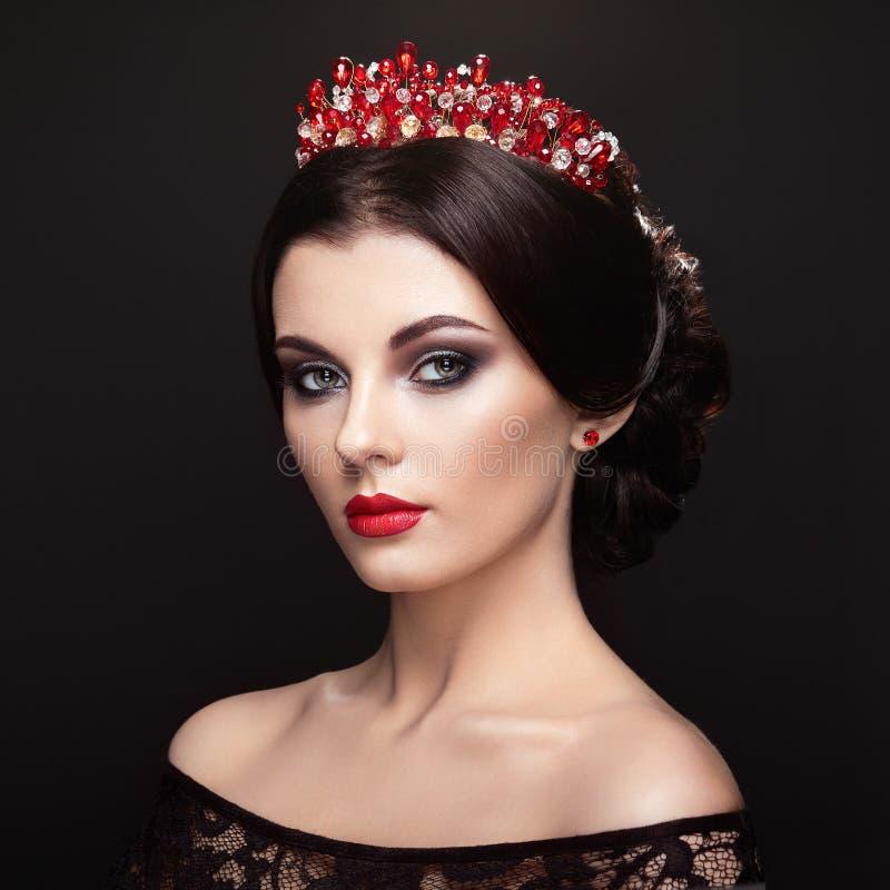 Manierportret van mooie vrouw met tiara op hoofd royalty-vrije stock foto