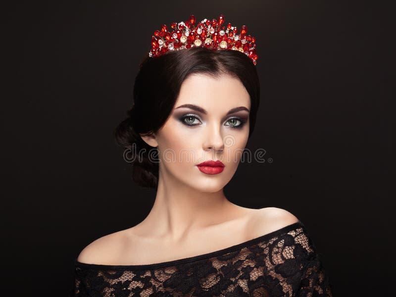 Manierportret van mooie vrouw met tiara op hoofd royalty-vrije stock foto's