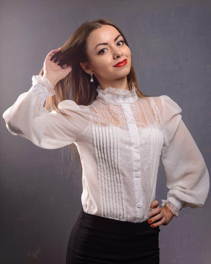 Manierportret van mooie vrouw in witte blouse royalty-vrije stock foto's