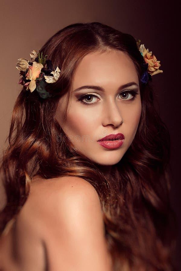 Manierportret van roodharige vrouw Bloemen elementen royalty-vrije stock afbeeldingen