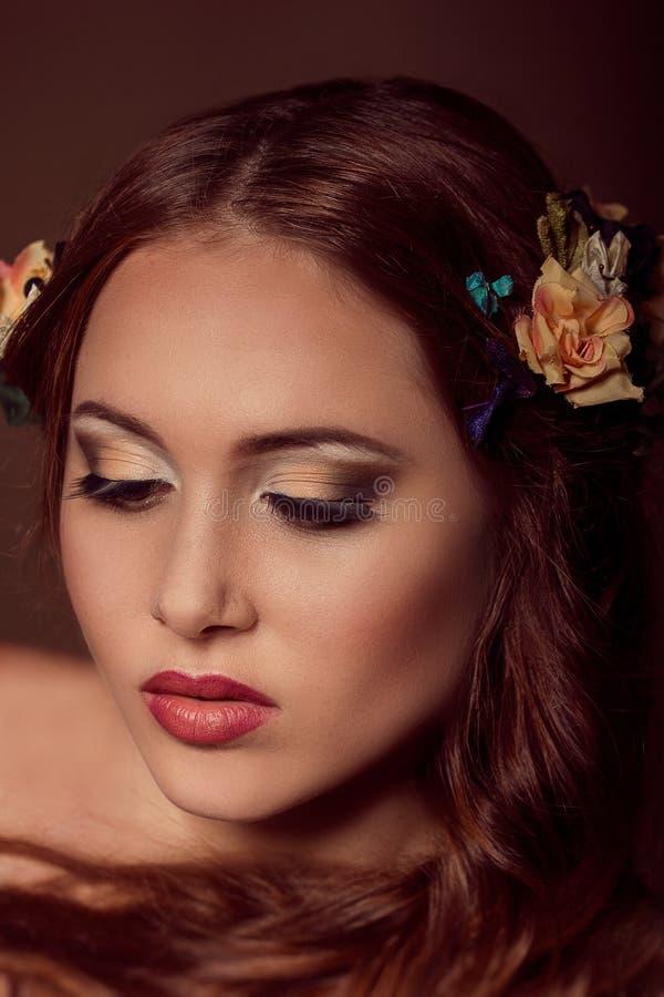 Manierportret van roodharige vrouw Bloemen elementen royalty-vrije stock afbeelding