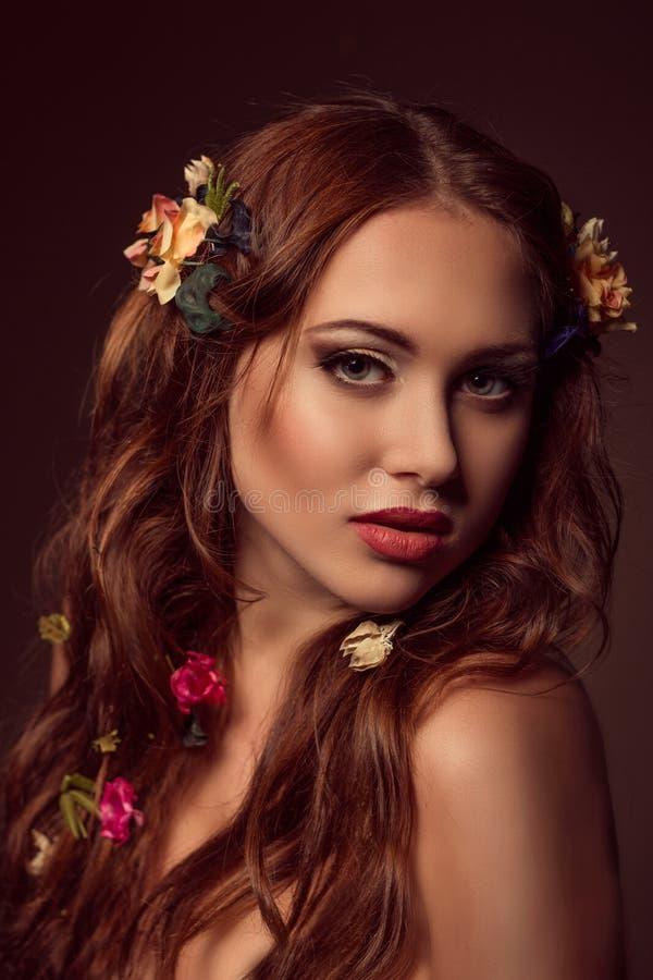 Manierportret van roodharige vrouw Bloemen elementen stock foto's