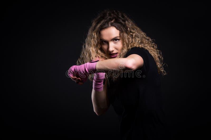 Manierportret van sterke actieve schop het in dozen doen vrouw opleiding royalty-vrije stock fotografie