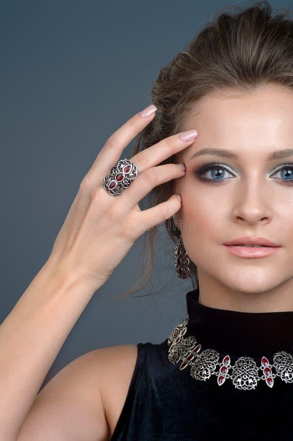 Manierring en Halsband Het Portret van het schoonheidsmeisje hairstyle maak stock afbeelding