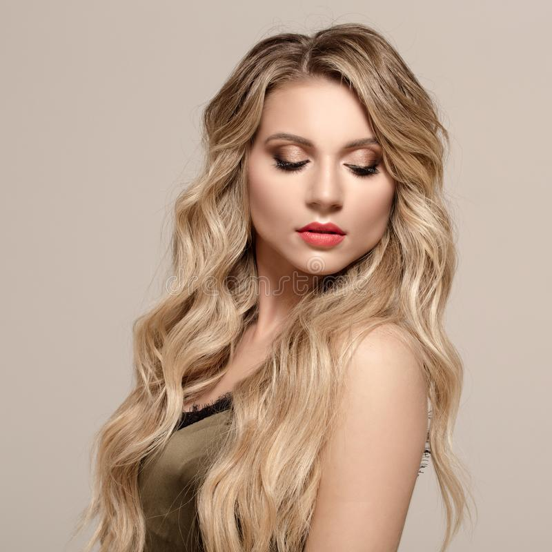 Maniervrouw blond met lang golvend haar Vrouw met mooie make-up royalty-vrije stock foto's