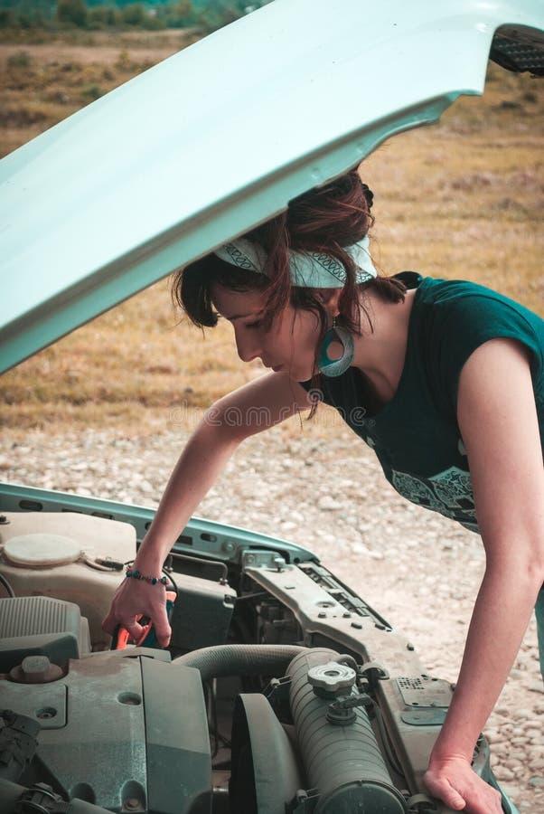 Maniervrouw die problemen met auto hebben royalty-vrije stock fotografie