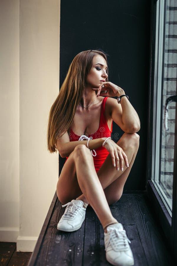 Maniervrouw die rode bodysuit dragen royalty-vrije stock foto's