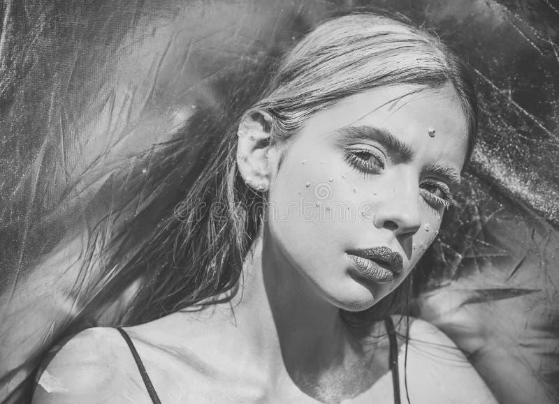 Maniervrouw het model stellen Holi, Indische cultuur royalty-vrije stock afbeelding