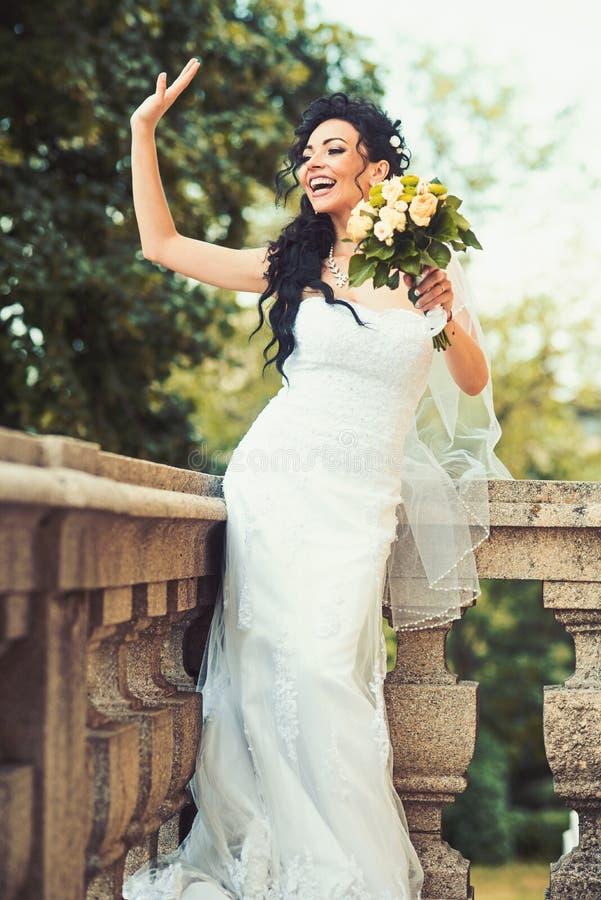 Maniervrouw met huwelijksboeket Maniermeisje met bruids make-up en kapsel royalty-vrije stock foto's