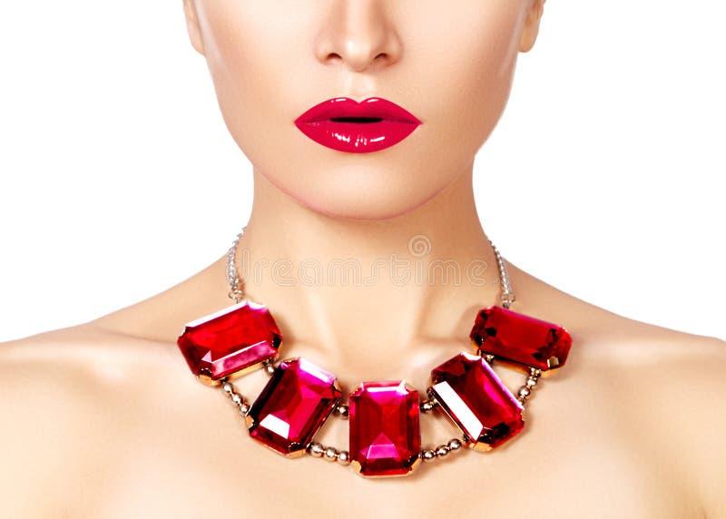 Maniervrouw met luxejuwelen Mooi meisje met heldere halsband Modieuze juwelen en toebehoren royalty-vrije stock afbeeldingen