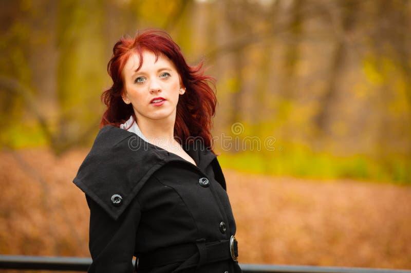 Maniervrouw ontspannen die in de herfstpark lopen royalty-vrije stock foto's