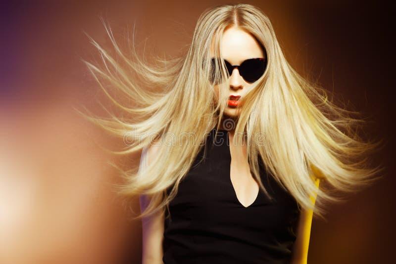 Maniervrouw in zonnebril, studioschot. Professionele make-up royalty-vrije stock foto's