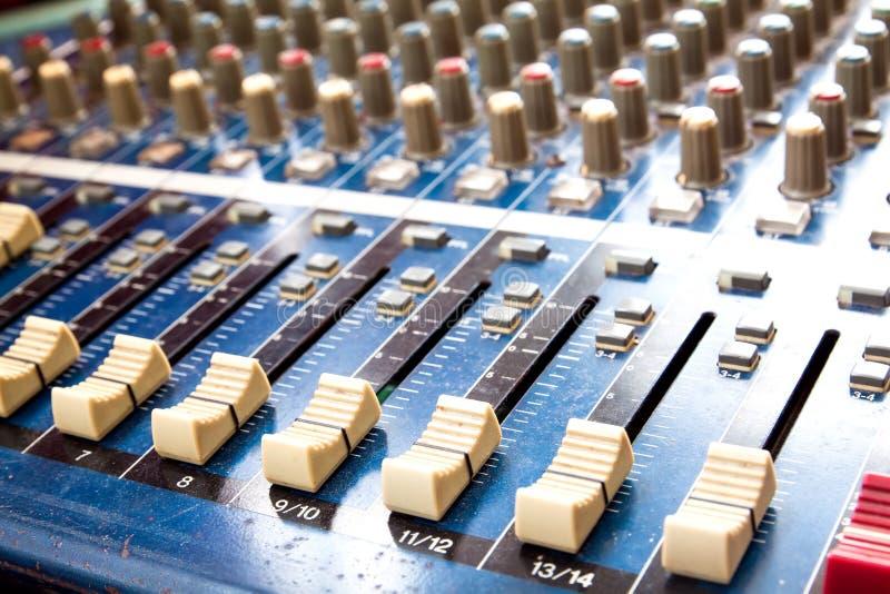 Manies de mixeur son poussiéreux, studio sain ajustant l'equipme record image stock