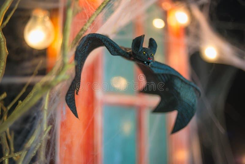 Maniez la batte, fond de décor de Halloween, portes oranges, les branches d'arbre, PS photos libres de droits