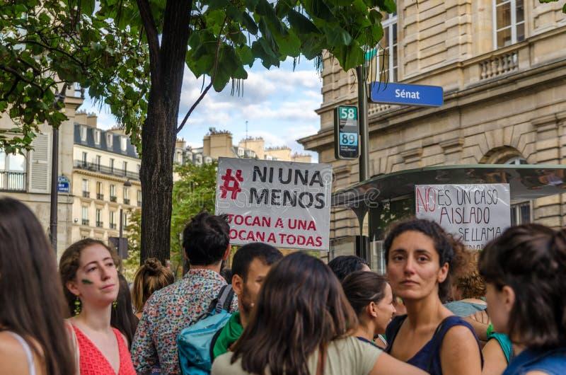 Manifestación delante del senado francés en apoyo del voto en el aborto de la Argentina gratis imágenes de archivo libres de regalías