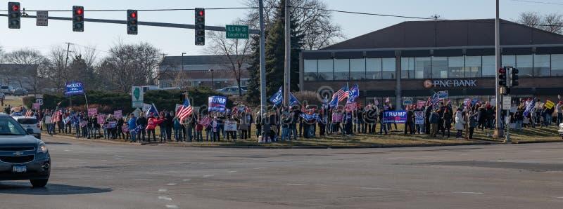 Manifestación a favor de Trump en la carretera Route 30 Lincoln y en la ruta Lagrange Rd 45 foto de archivo