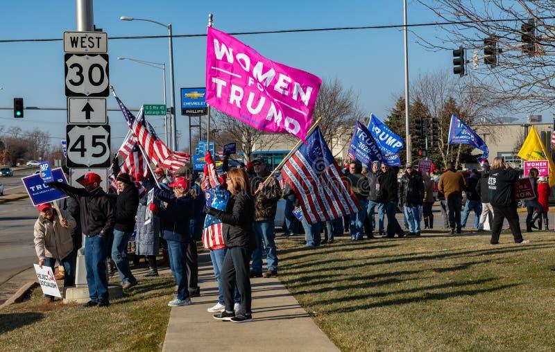 Manifestación a favor de Trump en la carretera Route 30 Lincoln y en la ruta Lagrange Rd 45 imagen de archivo