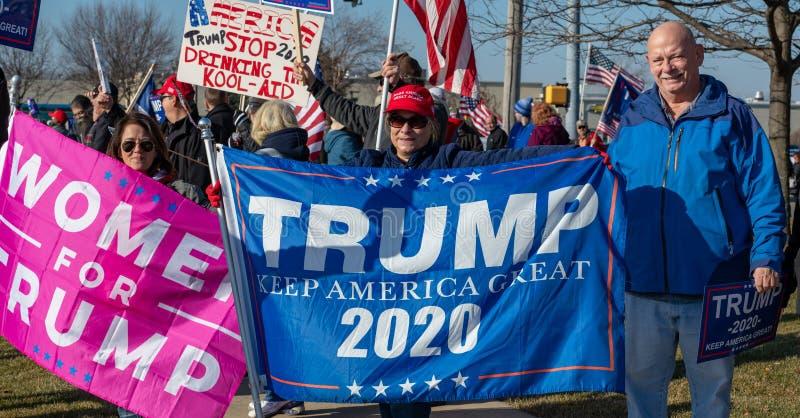 Manifestación a favor de Trump en la carretera Route 30 Lincoln y en la ruta Lagrange Rd 45 fotografía de archivo
