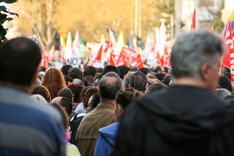 Manifestacja ludzie, protesty obywatelstwo z defocused flagami w tle obraz royalty free
