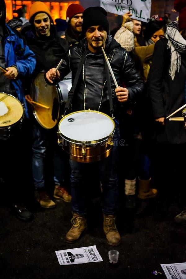 Manifestante con los tambores contra el decreto de la corrupción, Rumania fotografía de archivo