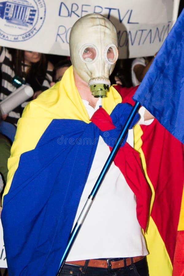 Manifestante rumano de la careta antigás contra Rosia Montana  imagen de archivo libre de regalías