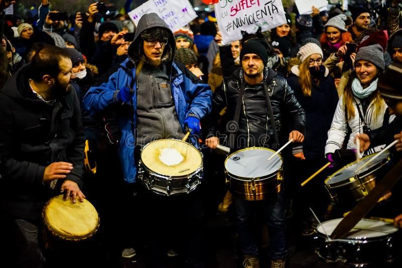 Manifestantes con los tambores contra el decreto de la corrupción, Rumania foto de archivo