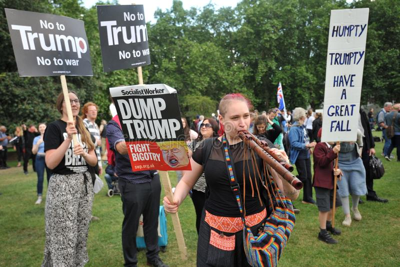 Manifestantes contra el triunfo en su visita en Inglaterra en junio de 2019 fotos de archivo
