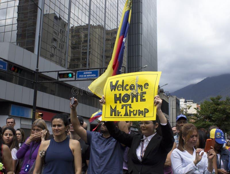 Manifestantes contra marcha de la dictadura de Nicolas Maduro en apoyo de Guaido foto de archivo libre de regalías