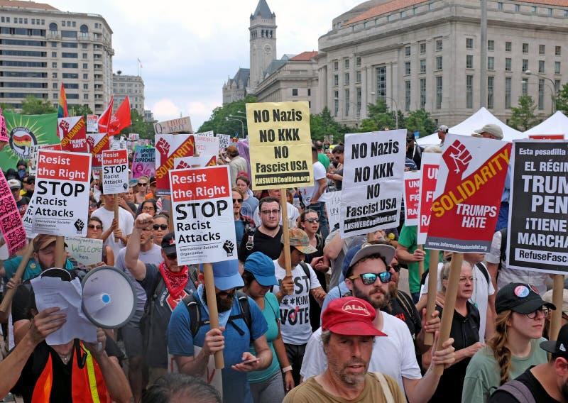 Manifestantes de la calle de los E.E.U.U. contra odio, racismo, y el Alt-derecho imagenes de archivo