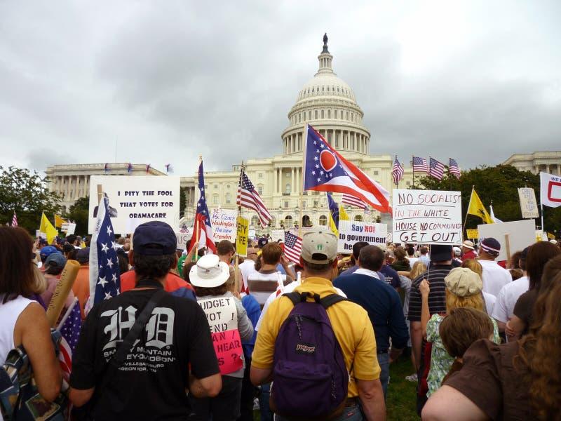 Manifestantes del partido de té en el capitolio imagen de archivo
