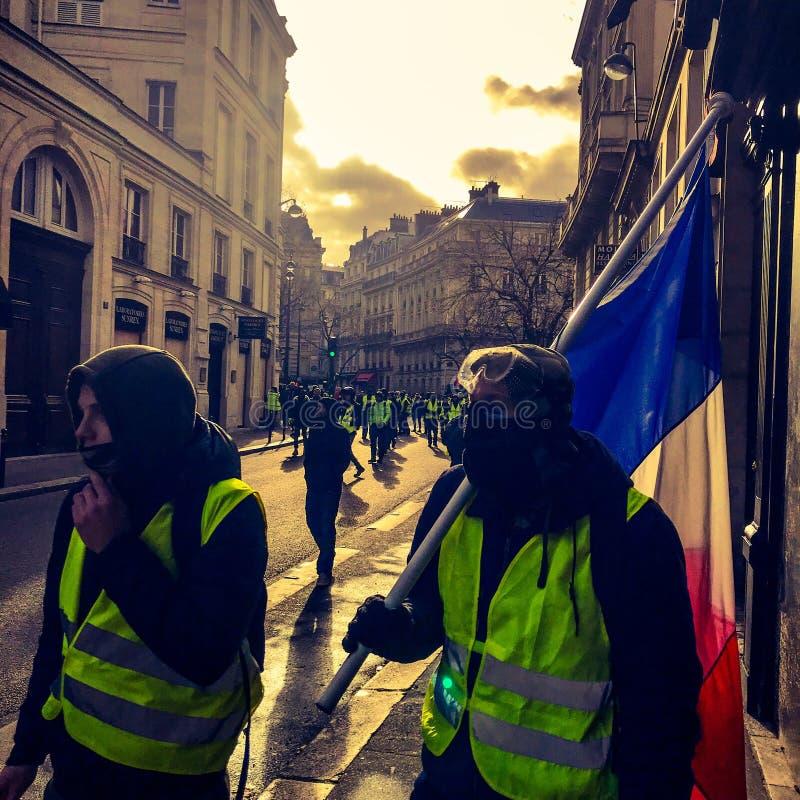 Manifestantes durante una protesta en chalecos amarillos foto de archivo libre de regalías