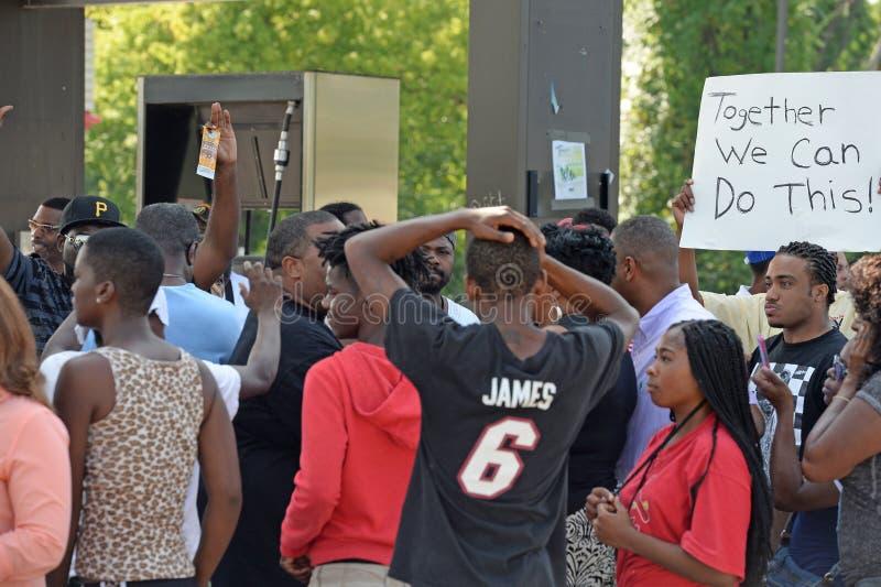 Manifestantes en Ferguson, Missouri fotografía de archivo