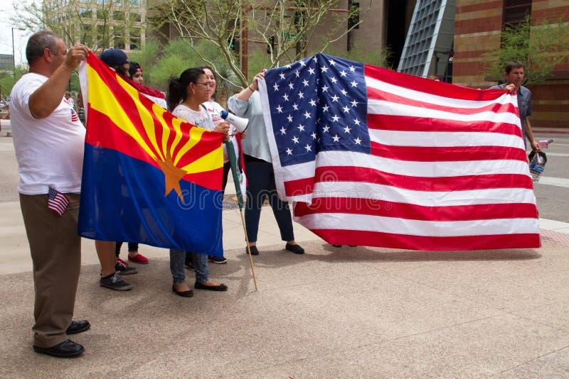 Manifestantes en la primera reunión de la campaña presidencial de Donald Trump en Phoenix fotos de archivo libres de regalías